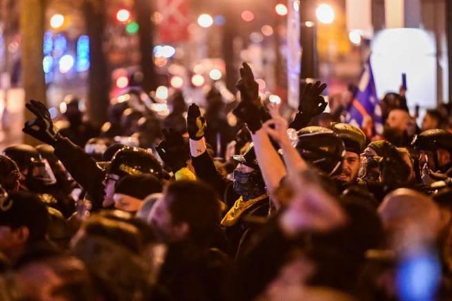 美國的極右派、反移民、白人至上主義團體「驕傲男孩」,12日在華府遊行,並比出代表「白人力量」的ok手勢。(路透)