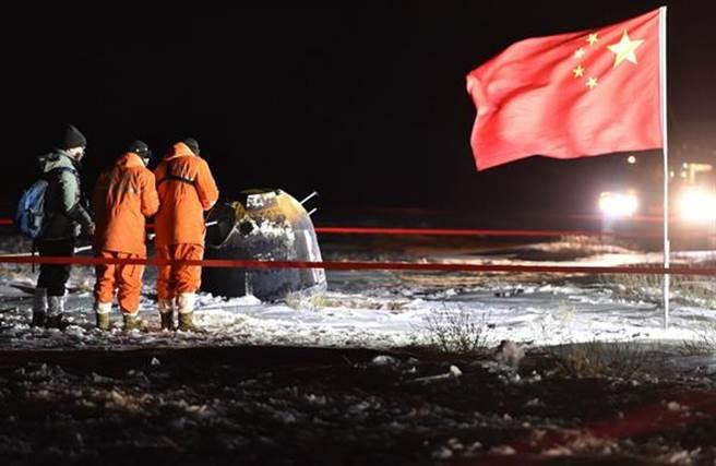 12月17日凌晨,嫦娥五号返回器携带月球样品,採用半弹道跳跃方式再入返回,在内蒙古四子王旗预定区安全着陆。新华社