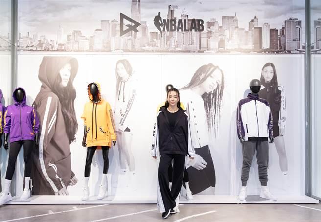 台湾女星蔡诗芸近日出席运动品牌活动,身穿布鲁克林篮网队队服耍辣。(图/品牌提供)