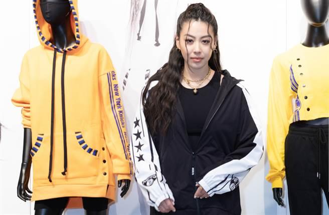 台湾女星蔡诗芸穿上布鲁克林篮网队队服耍辣,让充满性感魅力的她更增添傲气。(图/品牌提供)