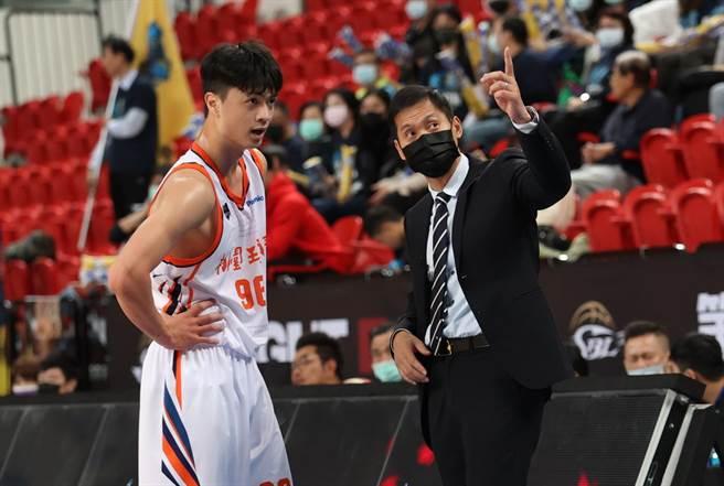 璞园总教练顏行书(右)仔细跟自家球员蔡扬名解释走位。(中华篮协提供)