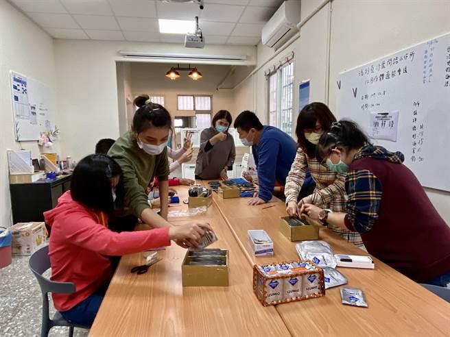 台中市府社會局委託瑪利亞基金會在海線地區開辦「沙鹿開路小作所」,教導身心障礙者做手工藝,學習生活自理。(盧金足攝)
