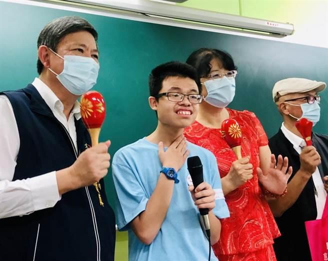 台中市社會局長彭懷真(左)表示,年底預計增加小作所至23家,服務在地化,提供身心障礙朋友學習生活技能的環境。(盧金足攝)