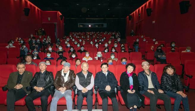 杨照(左起)、刘怀拙、杨泽、吴晟、童子贤、朱天文、朱贤哲、朱天心出席特映会。(目宿媒体提供)