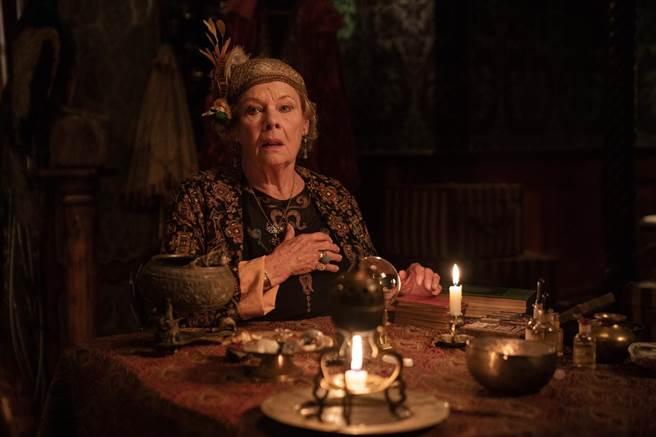 茱蒂丹契飾演兩光靈媒,睽違多年再度於大銀幕搞笑演出。(采昌提供)