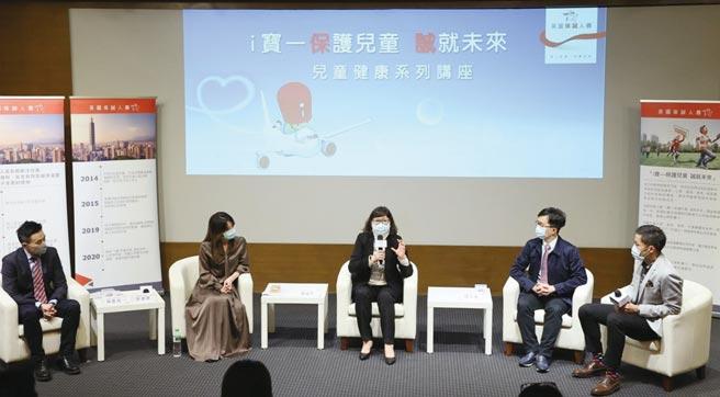 保誠人壽行銷長楊繼平(中)與專家們,為應對兒童代謝症候群,與現場家長分享專業建議。圖/公司提供