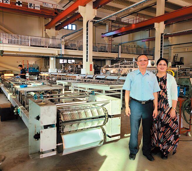 國倉機械產能滿載,總經理王健蒼(左)、副總經理陳雅智在全新廠房前合影。圖/王妙琴