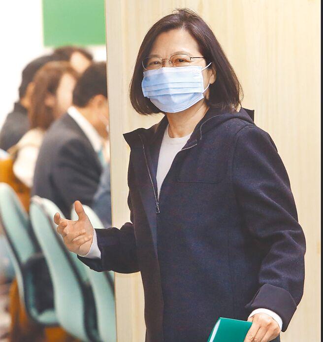 壹傳媒創辦人黎智英被港府指控涉嫌違反香港《國安法》與詐欺罪,遭鐵鍊纏腰押往法院。蔡英文總統昨在臉書表示,被羞辱的不是黎先生,而是香港的自由和法治。(范揚光攝)