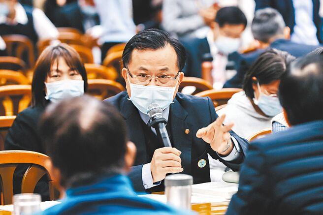 NCC研擬《網管法》,台北市長柯文哲認為如果是針對某些人立法,當然人家會講話。圖為NCC主委陳耀祥(中)。(郭吉銓攝)
