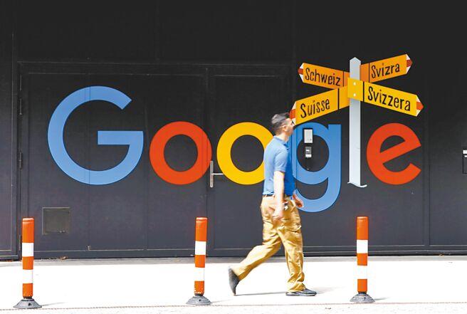 7月1日,一名男子在瑞士蘇黎世一棟辦公樓前經過Google標誌。(路透)