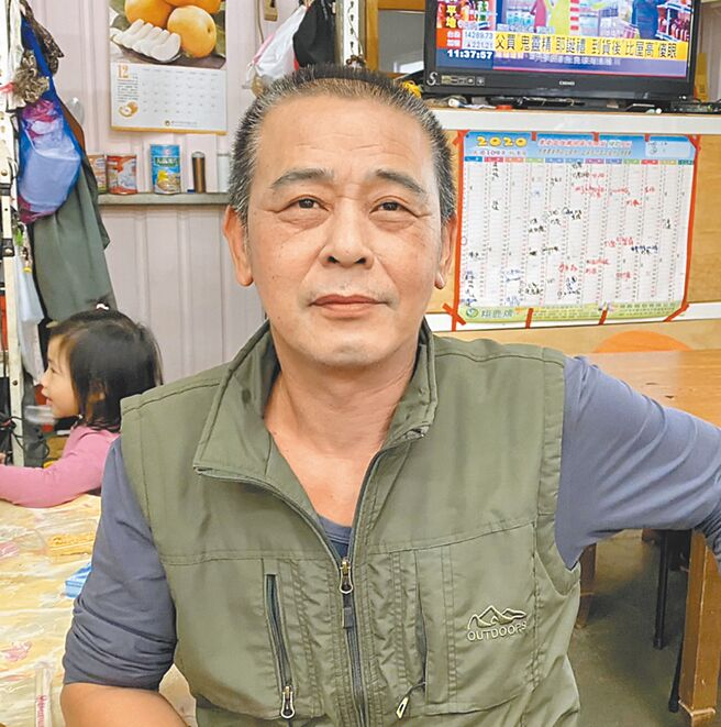 泰雅族果农杨东波深夜上山冬猎,在谷关废弃电厂涵洞内发现失踪40天的邱男。(王文吉摄)