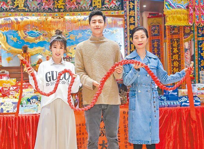 郭書瑤(左起)、蔡凡熙和方文琳昨齊聚為新片開鏡祝福。(盧禕祺攝)