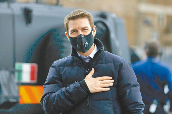湯姆克魯斯每當沒鏡頭在拍攝時,就會緊戴口罩防疫。(美聯社)