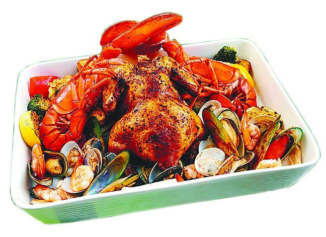 远百信义A13的Hooters龙虾烤鸡海陆大餐,24日至26日限定,3680元+10%。(远百提供)