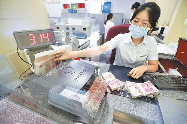 山西省太原市,銀行工作人員清點貨幣。(中新社資料照片)