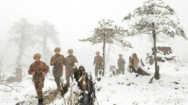 解放軍西藏軍區士兵冬季行軍。(取自西藏軍區官方微博@高原戰士)