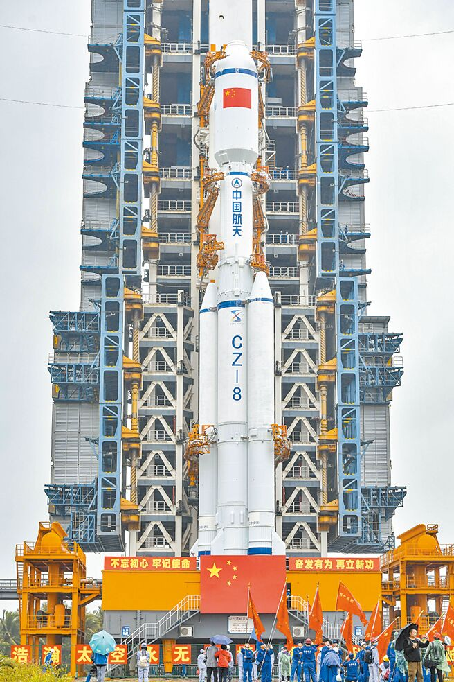 12月16日,长征八号遥一运载火箭转运至发射区。(中新社)