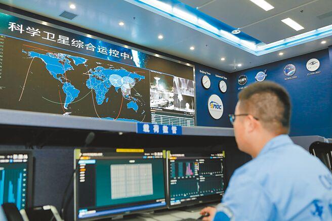 北京中科院,科研人員實時監控衛星軌運行情況。(新華社資料照片)