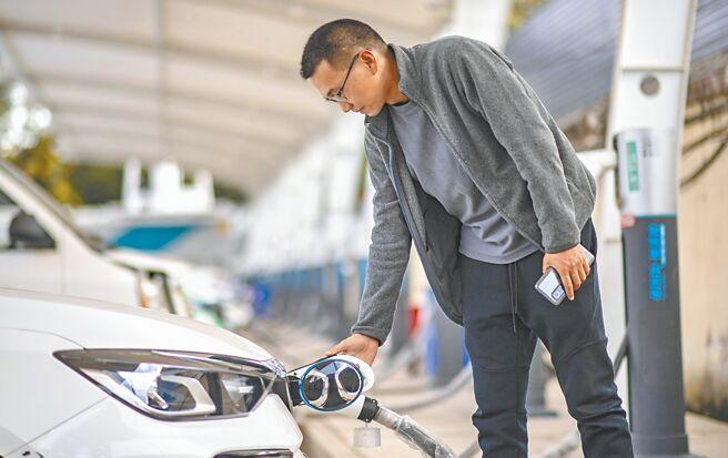 昆明民眾为自己的新能源车辆充电。(新华社资料照片)