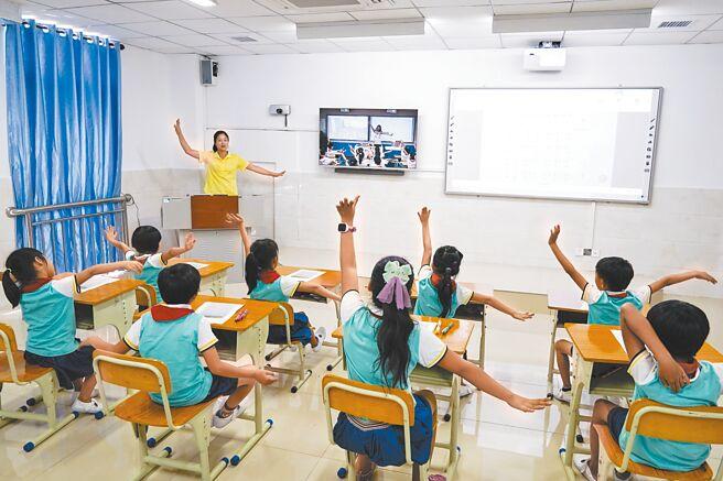 海南三沙的小學利用遠距線上教學系統讓不同地區的學生線下同步上課。(新華社資料照片)