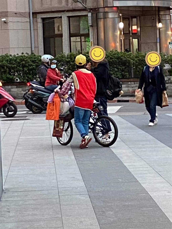 一名網友在蘆洲社團詢問這位紅色背心阿婆的背景,引發熱烈討論。(圖/我是蘆洲人)
