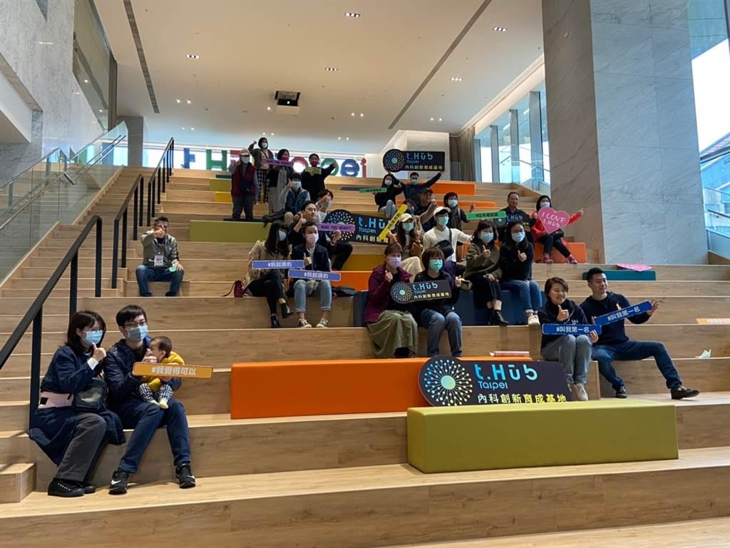 t.Hub的i-Stage 星創舞臺是大型階梯平臺式的空間,結合各領域的新創鬥士及團隊,在創作基地上累積能量、交流與思維解放,進一步將想法構建的軟性空間。(圖/臺北市政府提供)