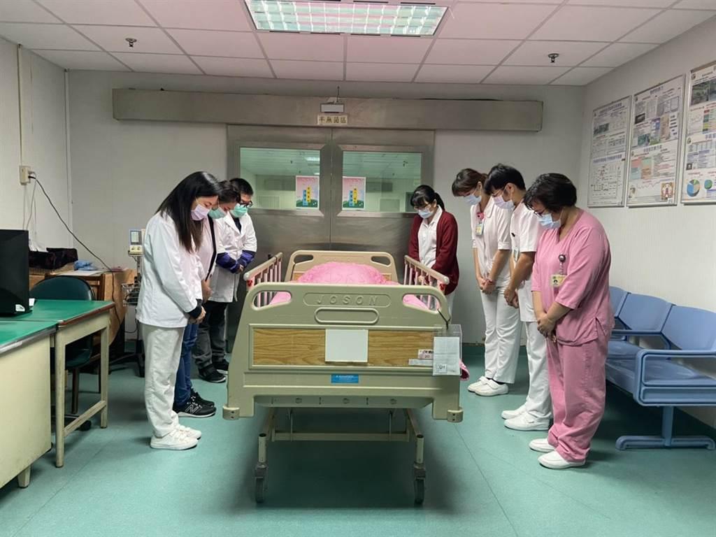 康女士捐贈器官,醫護人員致哀,同時向她致敬。(嘉義醫院提供)