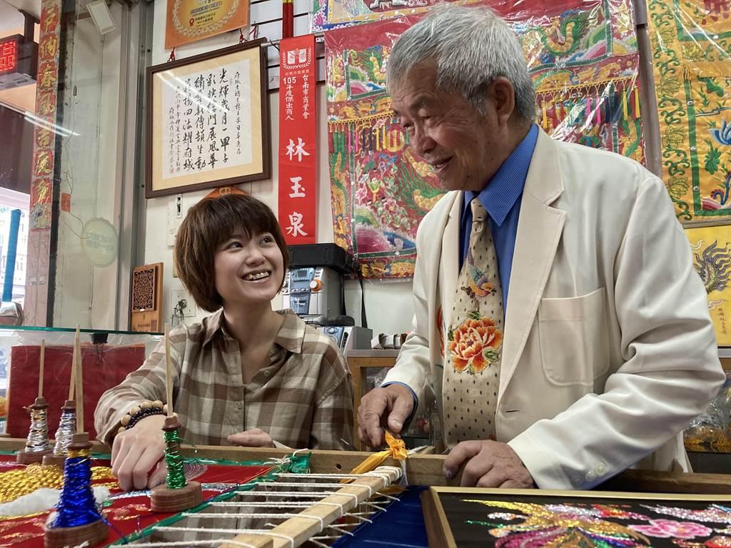 包裝台灣深度在地文化來擺脫國旅廉價宿命。圖為林玉泉老師的製作神明衣衫的傳統工藝體驗。(匠生活提供)