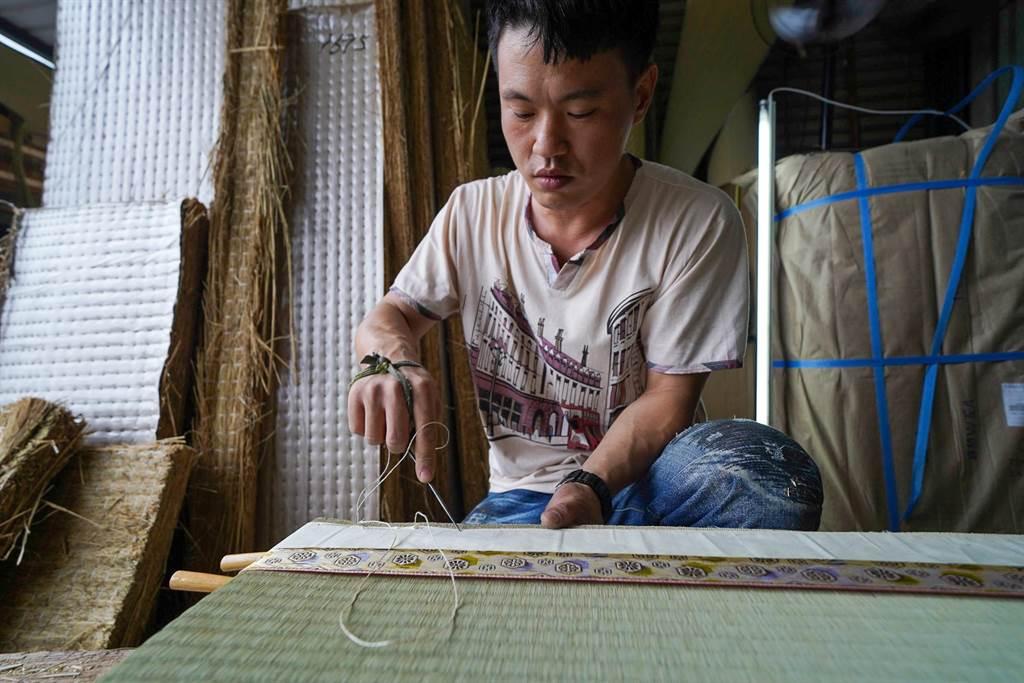 三代傳承李宗勳匠人手工榻榻米製作。(匠生活提供)