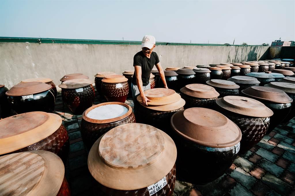 匠生活平台用旅遊方式將文化傳承。圖為在地匠人謝宜哲手工柴燒古法醬油製作。(匠生活提供)