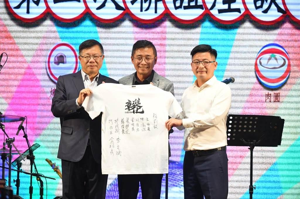 由出席活動的副議長們聯名簽名的寶島夢想家紀念球衣,也順利賣出。(彰化縣議會提供/謝瓊雲彰化傳真)
