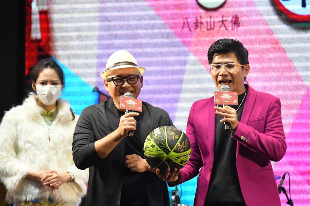 網紅寶島叫賣哥葉昇峻(右)主持公益拍賣會,手中拿著寶島夢想家籃球隊全體隊員的簽名球。(彰化縣議會提供/謝瓊雲彰化傳真)