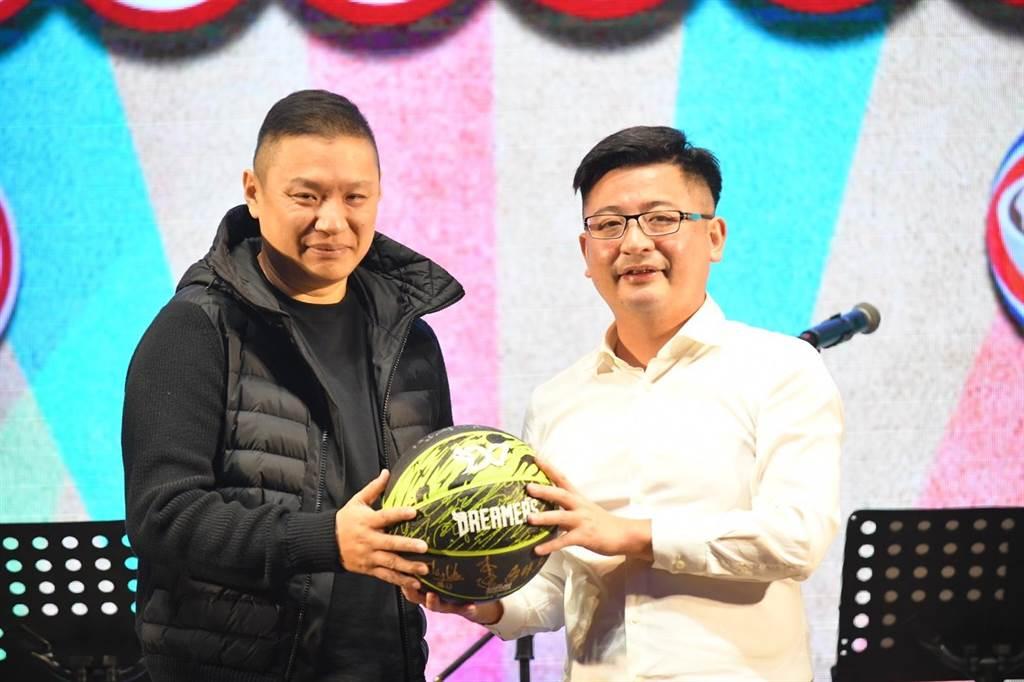 寶島夢想家籃球隊球員簽名籃球在晚宴中進行公益拍賣。(彰化縣議會提供/謝瓊雲彰化傳真)