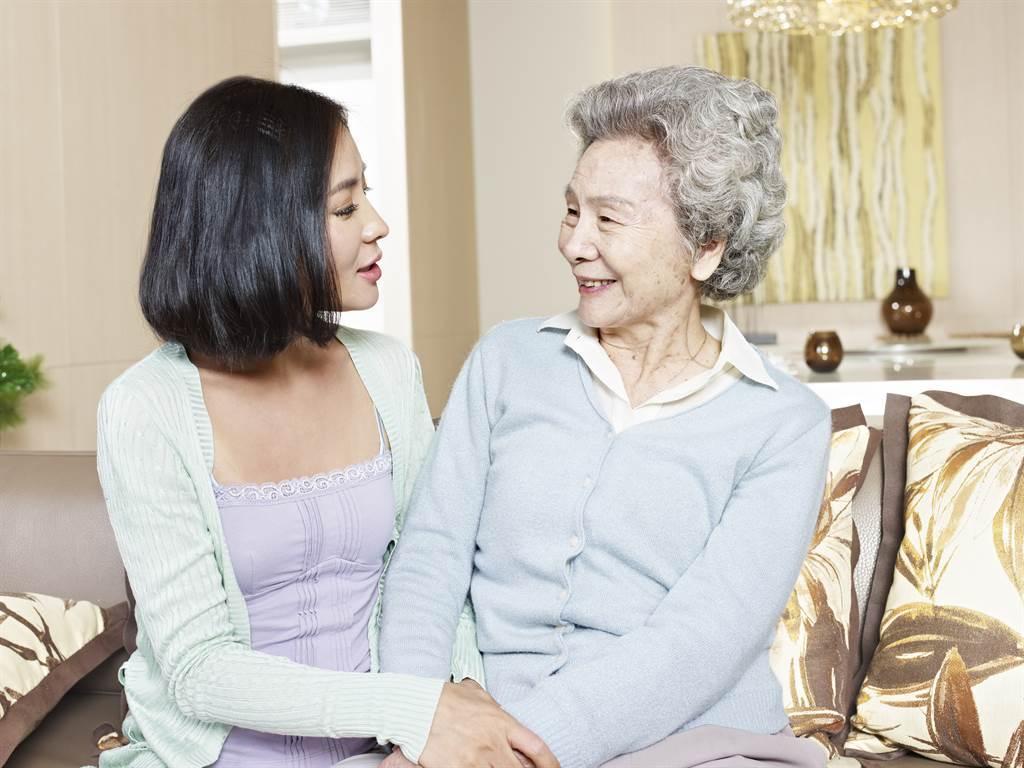 婆媳關係一直是不少家庭的問題,有一名媳婦表示,婆婆在她的房間窗上綁了一個白色繩子,她崩潰求解。(圖/示意圖,達志影像)