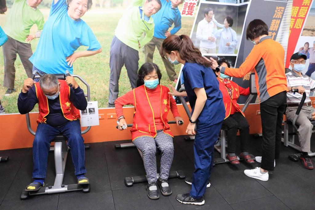 今天華山在員林服務的長輩,齊聚員生醫院不老健身房,由專業的護理師在旁協助,指導器材運用。(吳建輝攝)