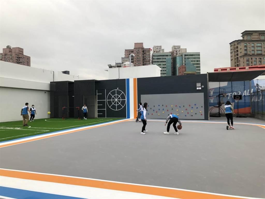 三重旗艦店內規劃出1500坪的專賣商場以及500坪室內外運動體驗空間。(李俊淇攝)