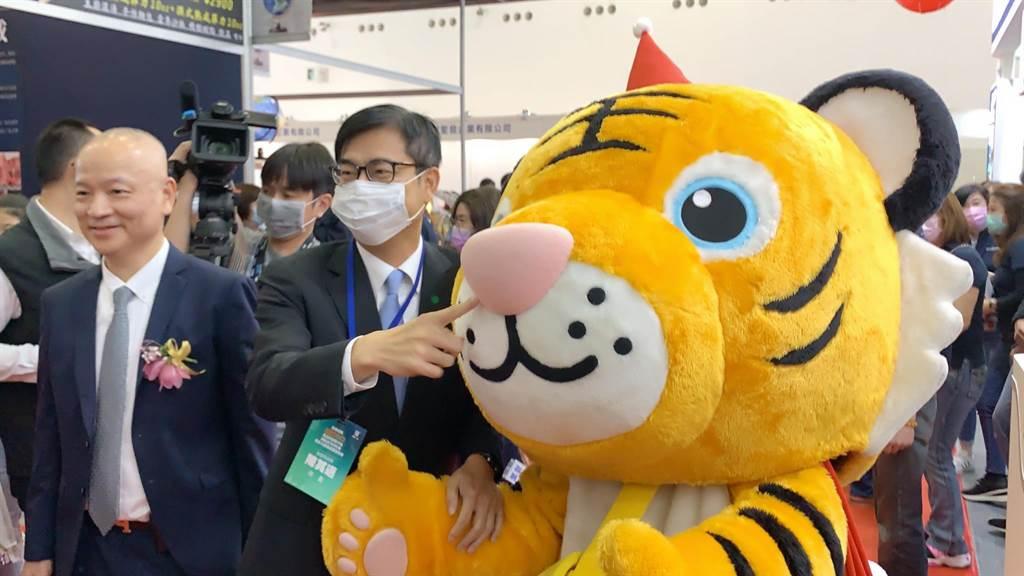 高雄市長陳其邁(右)今在高市觀光協會理事長劉坤福陪同下,參加高雄旅展開幕。(柯宗緯攝)