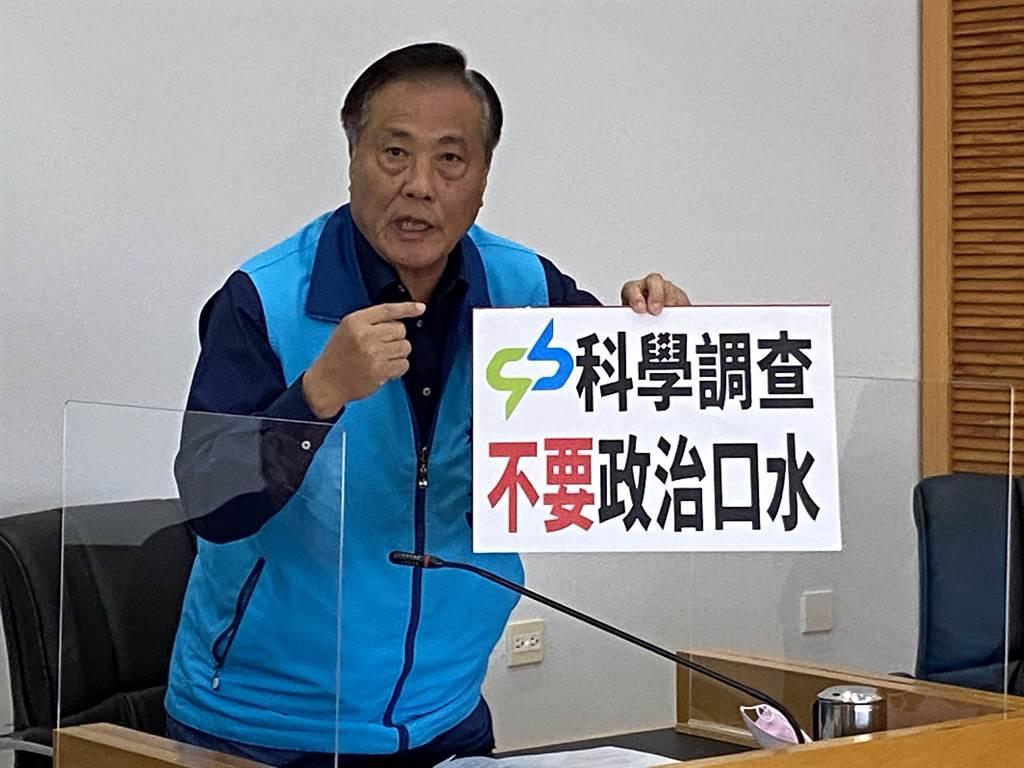 市議員楊正中要求交通局應將過去的材料測試,以及車廂在日本廠驗車的資料一併拿出來檢視。(盧金足攝)