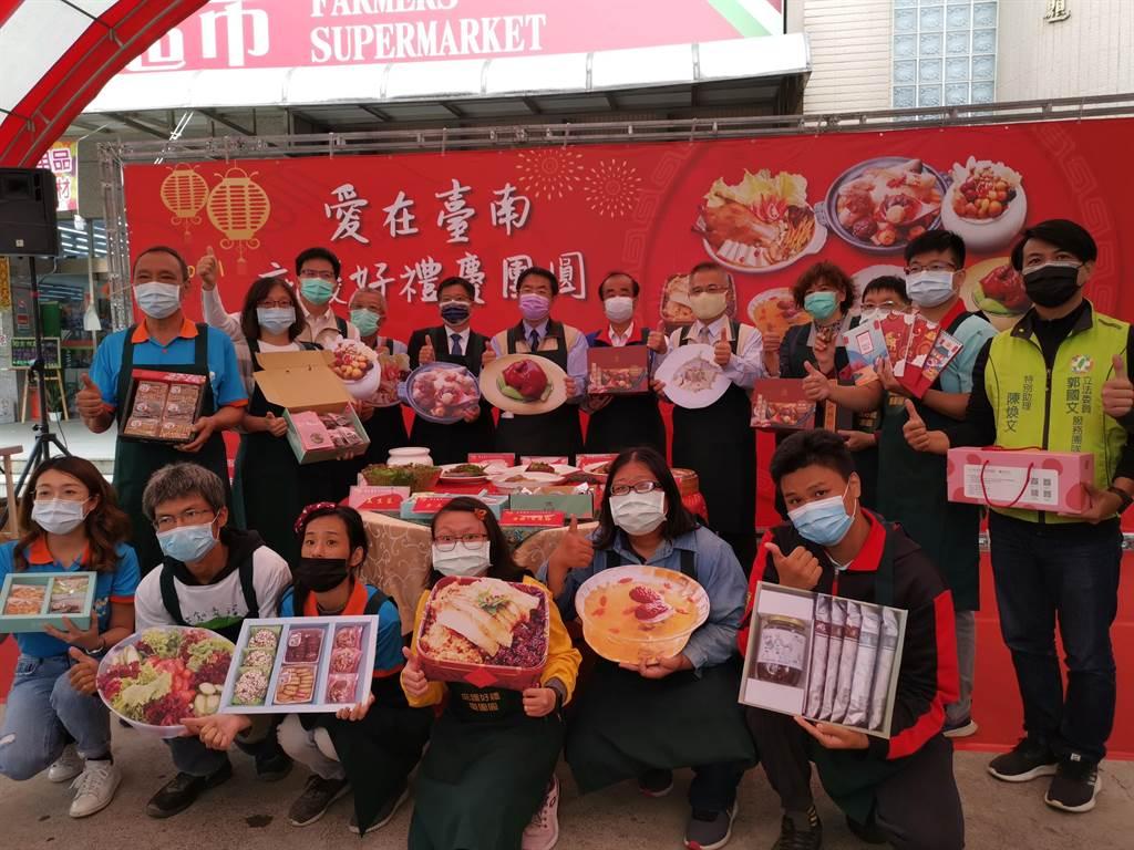 台南市庇護工場年菜、年節伴手禮開賣,台南市長黃偉哲站台,鼓勵民眾購買,支持身心障礙朋友。(劉秀芬攝)