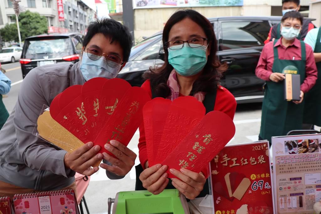 吉茂庇護工場推出壓花版客製化紅包袋。(劉秀芬攝)