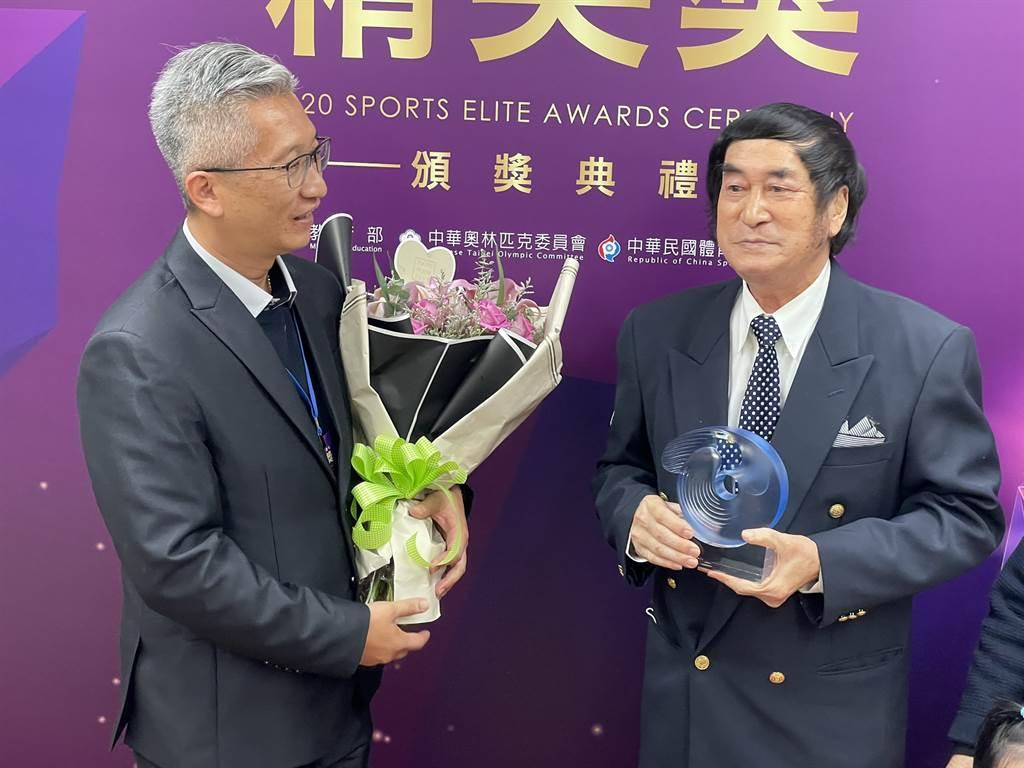 林圭璋(右)獲得終身成就獎,愛徒倪大智特別到場獻花。(毛琬婷攝)