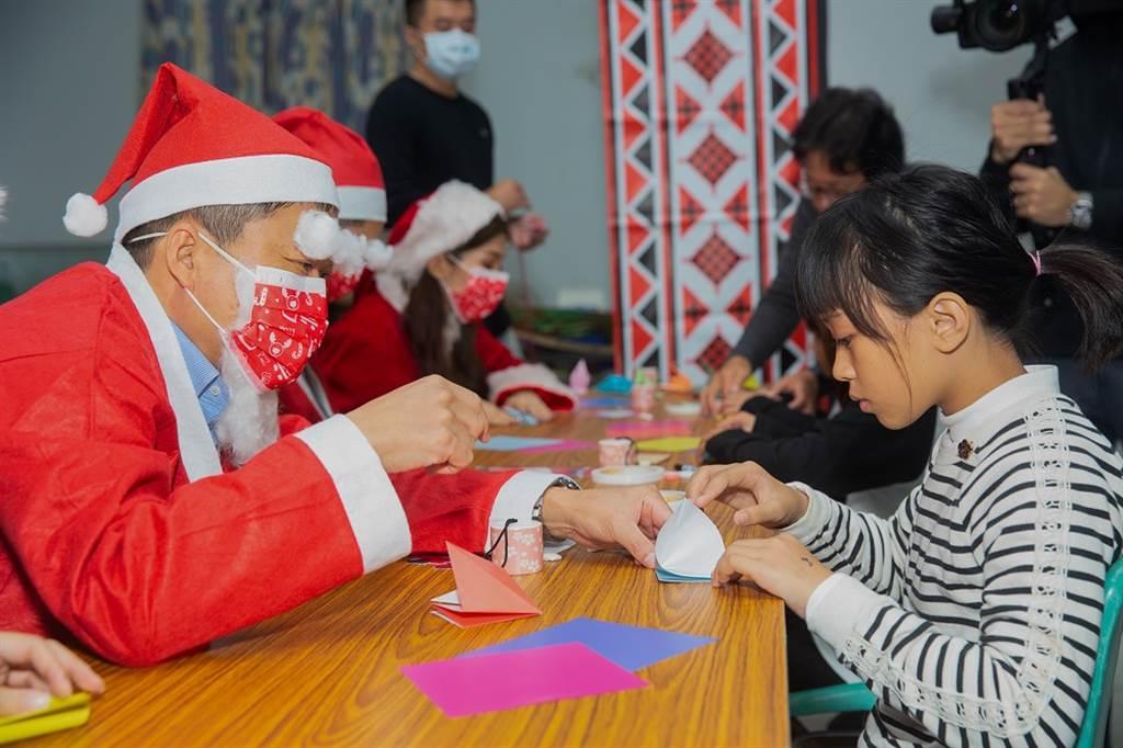 由台灣馬自達員工組成的聖誕老人們與小朋友一同進行包含汽車紙模型製作、和平健康祈願風鈴與新年繪馬等日式手作活動,並祈求在新的一年一切都能平安、順心。