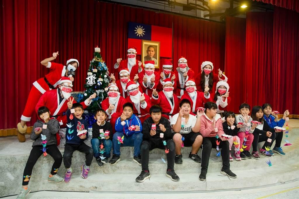 台灣馬自達藉由「Hi MAZDA Santa」聖誕活動,以用心陪伴、互動鼓勵的方式,讓偏鄉的孩童們能感受到溫馨幸福的聖誕節日氛圍。