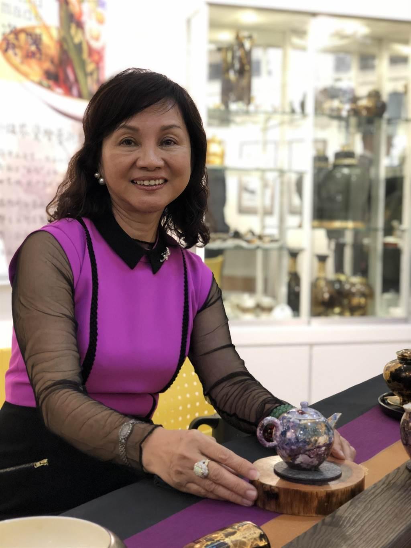 瓷繪藝術家徐瑞芬創作了一系列茶組。(李怡芸攝)