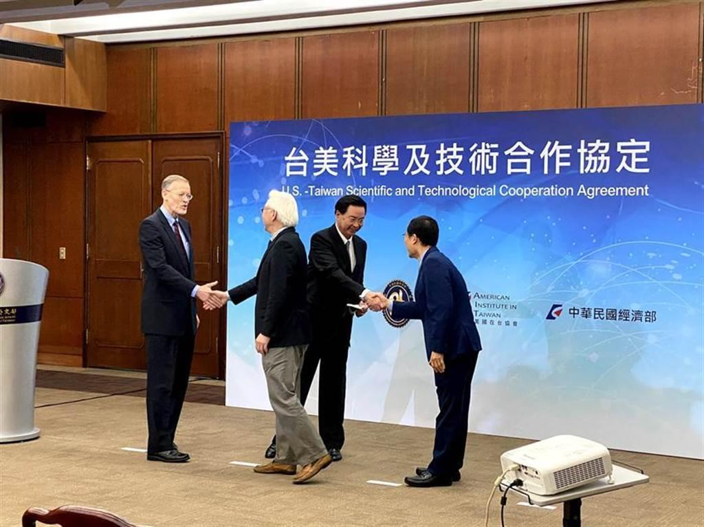 外交部、科技部、經濟部、AIT共同宣布,台美在12月15日於華府簽署「台美科學及技術合作協定」。圖/彭媁琳