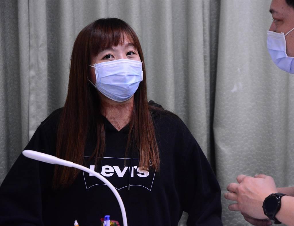八仙塵爆傷者陳依欣來到花蓮市公所服務,她覺得很開心,因為同事之間相處就如同家人一般的自然,對於身上的傷痕,同事也不會刻意迴避,而是很平常的互動。(王志偉攝)