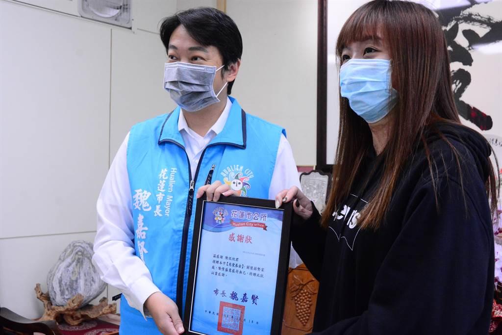 市長魏嘉賢向陳依欣表達感謝,並稱讚她充滿著正能量。(王志偉攝)