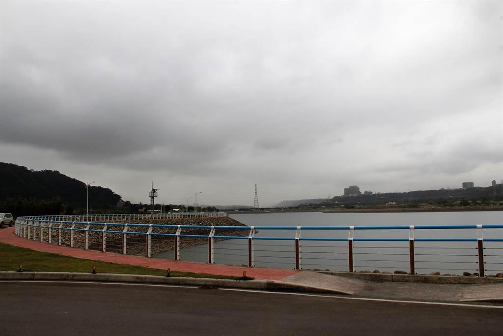 「大嵙崁親水園區景觀計畫」由水務局提出,規畫將中庄調整池與中庄二期周邊土地整合發展,營造3100公頃的水岸空間。圖為中庄調整池。(黃婉婷攝)