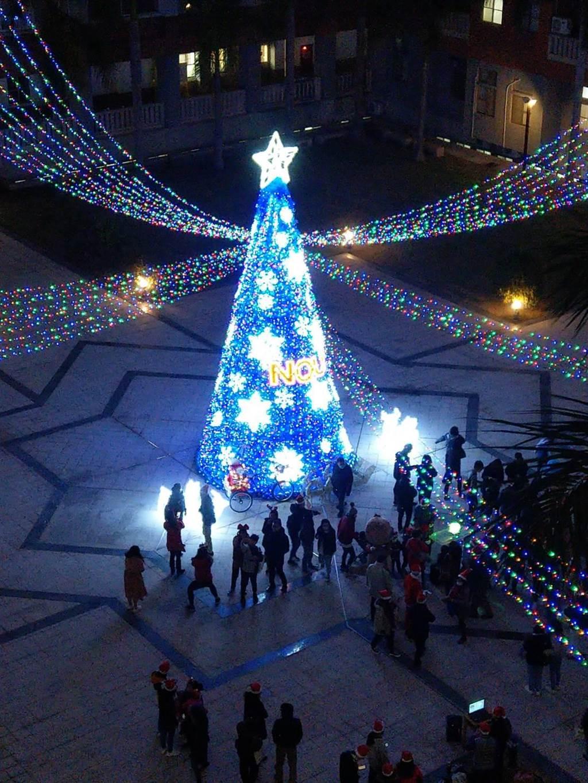 金門全島最高的聖誕樹,在金大星形廣場亮起來。(金大提供)