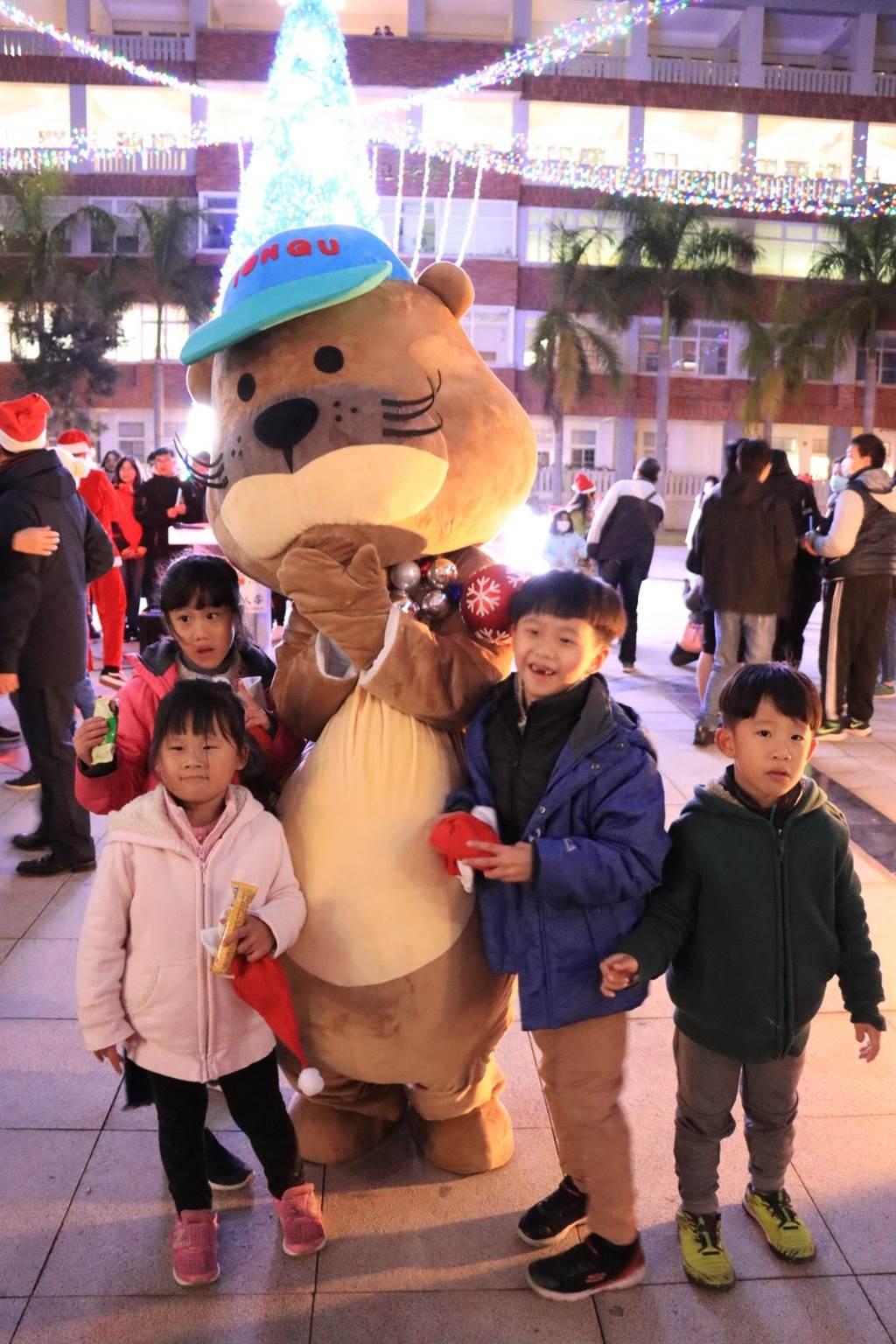 小朋友在金大開心分享節慶的溫馨和喜悅。(金大提供)